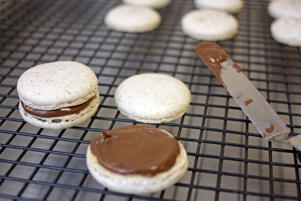 Hazelnut Macaron - filling the macaron